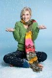 Mujer que juega en nieve Foto de archivo libre de regalías
