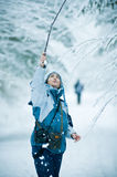 Mujer que juega en nieve del invierno Fotos de archivo