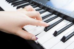 Mujer que juega en un piano Fotos de archivo libres de regalías