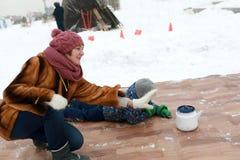 Mujer que juega encresparse con las calderas fotografía de archivo