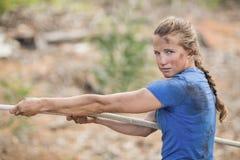 Mujer que juega esfuerzo supremo durante carrera de obstáculos Fotos de archivo