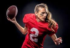 Mujer que juega a fútbol americano Imagenes de archivo