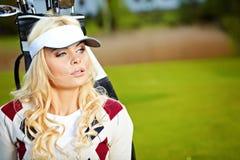 Mujer que juega a golf Foto de archivo