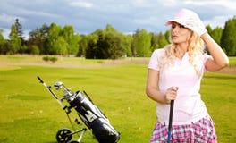 Mujer que juega a golf Imagen de archivo libre de regalías