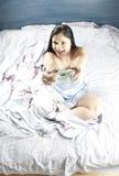 Mujer que juega a juegos Foto de archivo