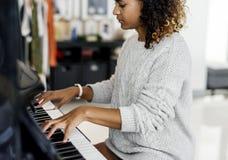Mujer que juega la canción en piano solamente Fotografía de archivo libre de regalías