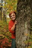 Mujer que juega la etiqueta o la piel Foto de archivo libre de regalías