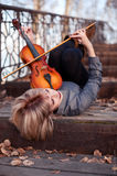 Mujer que juega la viola en el puente Fotos de archivo