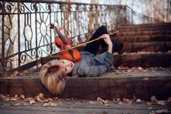 Mujer que juega la viola en el puente Foto de archivo libre de regalías