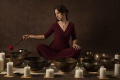 Mujer que juega los cuencos tibetanos fotografía de archivo libre de regalías