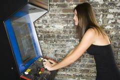 Mujer que juega a los juegos video Imágenes de archivo libres de regalías