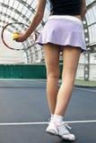 Mujer que juega a tenis Fotografía de archivo libre de regalías