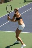 Mujer que juega a tenis Foto de archivo libre de regalías