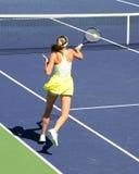 Mujer que juega a tenis Imagen de archivo libre de regalías