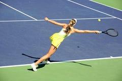 Mujer que juega a tenis Imágenes de archivo libres de regalías