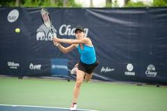 Mujer que juega a tenis. Fotos de archivo