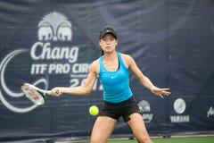 Mujer que juega a tenis. Fotografía de archivo