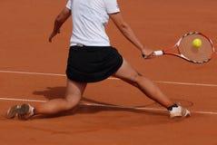 Mujer que juega a tenis imagen de archivo