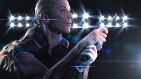 Mujer que juega a tenis almacen de metraje de vídeo