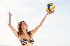 Mujer que juega voleo de la playa foto de archivo