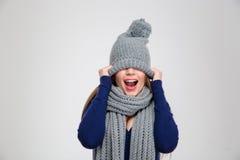 Mujer que la cubre ojos con el sombrero Fotografía de archivo libre de regalías