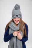 Mujer que la cubre ojos con el sombrero Fotos de archivo libres de regalías