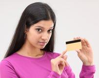 Mujer que la muestra de la tarjeta de crédito Imagen de archivo libre de regalías