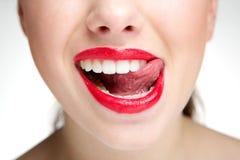 Mujer que lame los dientes con la lengua Fotos de archivo libres de regalías