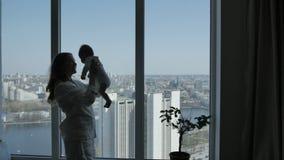 Mujer que lanza al bebé para arriba almacen de metraje de vídeo