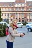 Mujer que lanza la paloma Imágenes de archivo libres de regalías