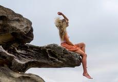 Mujer que lanza su pelo en el aire libre fotografía de archivo