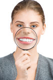 Mujer que le muestra los dientes blancos Foto de archivo libre de regalías