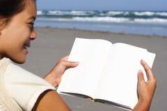 Mujer que lee el libro en blanco Fotografía de archivo libre de regalías