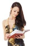 Mujer que lee el libro rojo Foto de archivo libre de regalías