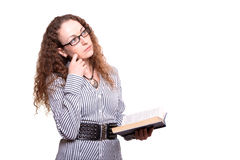 Mujer que lee el libro viejo Fotos de archivo