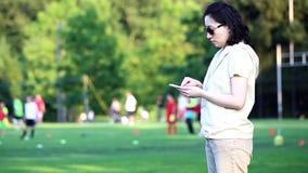 Mujer que lee el mensaje de teléfono móvil almacen de video