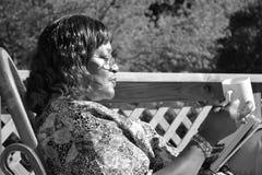 Mujer que lee el papel Imagen de archivo libre de regalías