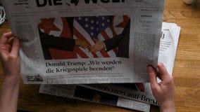 Mujer que lee el periódico de Die Welt del alemán en la oficina almacen de video