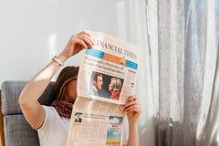 Mujer que lee Financial Times con Emmanuel Macron y L marino Fotografía de archivo libre de regalías