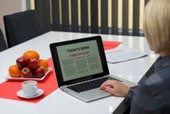Mujer que lee sobre ataques cibernéticos Imagen de archivo libre de regalías