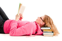 Mujer que lee un libro Foto de archivo