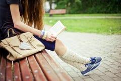 Mujer que lee un libro Fotos de archivo libres de regalías