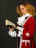 Mujer que lee un libro Imagen de archivo libre de regalías