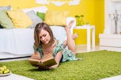 Mujer que lee un libro Fotografía de archivo libre de regalías