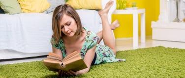 Mujer que lee un libro Imagenes de archivo