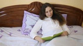 Mujer que lee un libro almacen de metraje de vídeo