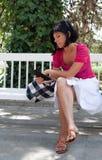 Mujer que lee un libro digital Foto de archivo libre de regalías