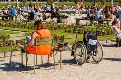 Mujer que lee un libro en el parque Imágenes de archivo libres de regalías