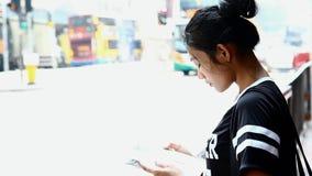 Mujer que lee un libro en las calles almacen de metraje de vídeo