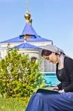 Mujer que lee un libro ortodoxo Foto de archivo libre de regalías